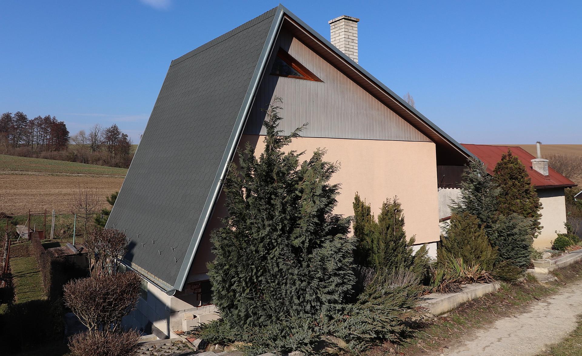 Dvojpodlažná murovaná chata so záhradou