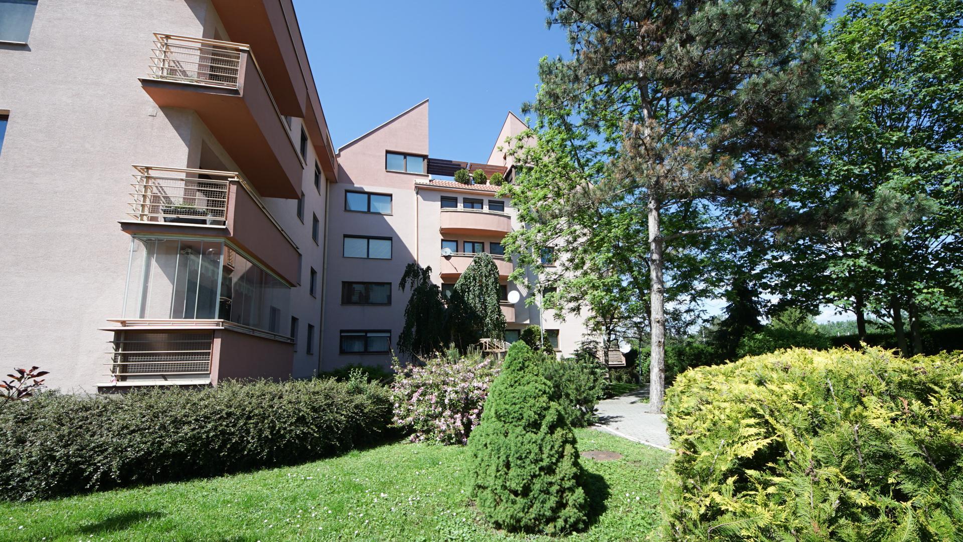 Jednoizbový byt s balkónom v tehlovej vilovej bytovke