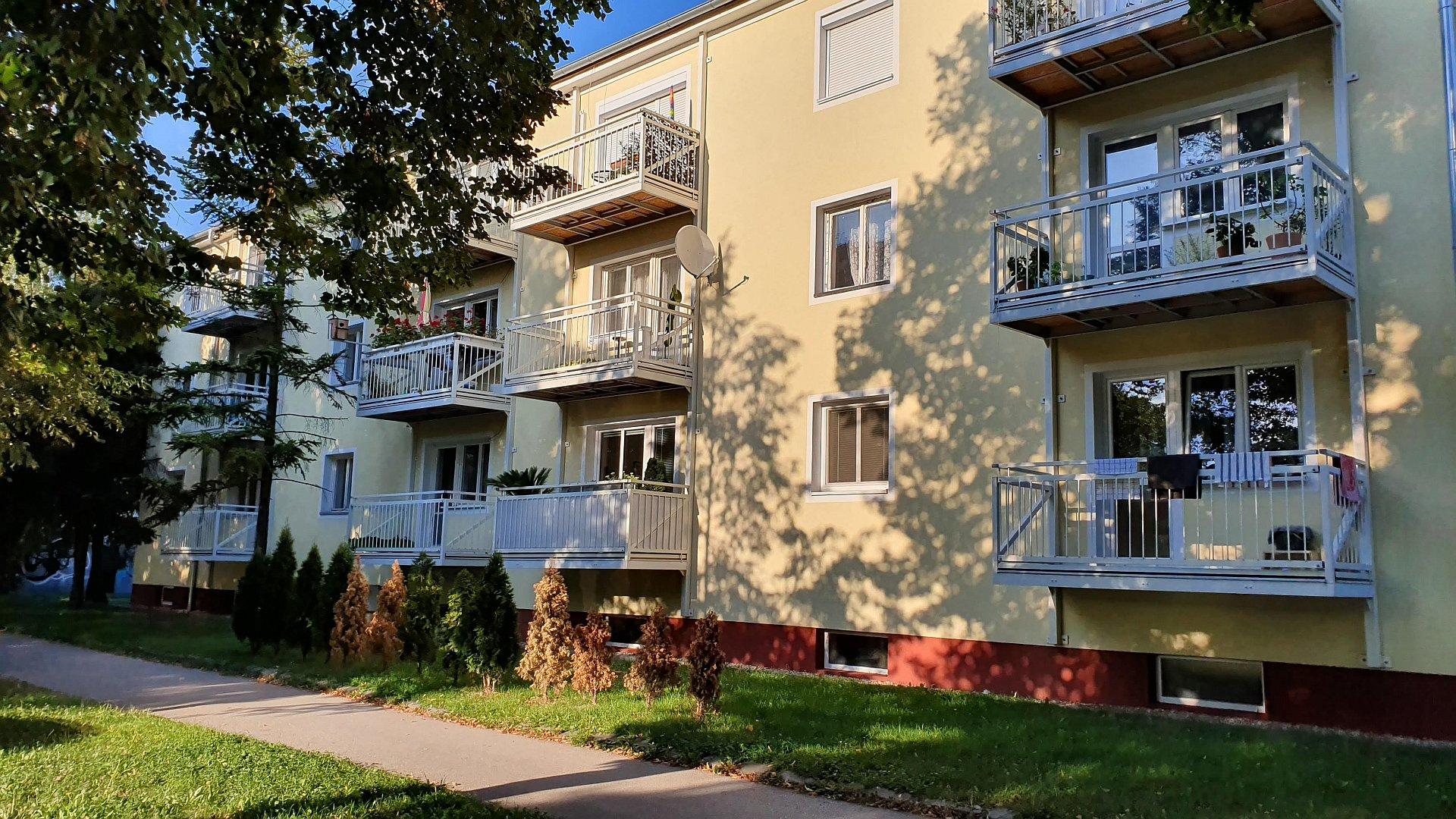Priestranný tehlový byt s balkónom pri mestskom parku