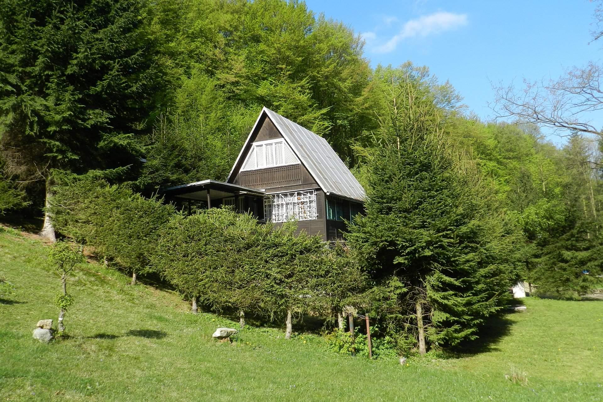 Rekreačná chata v krásnom lesnom prostredí pri potoku