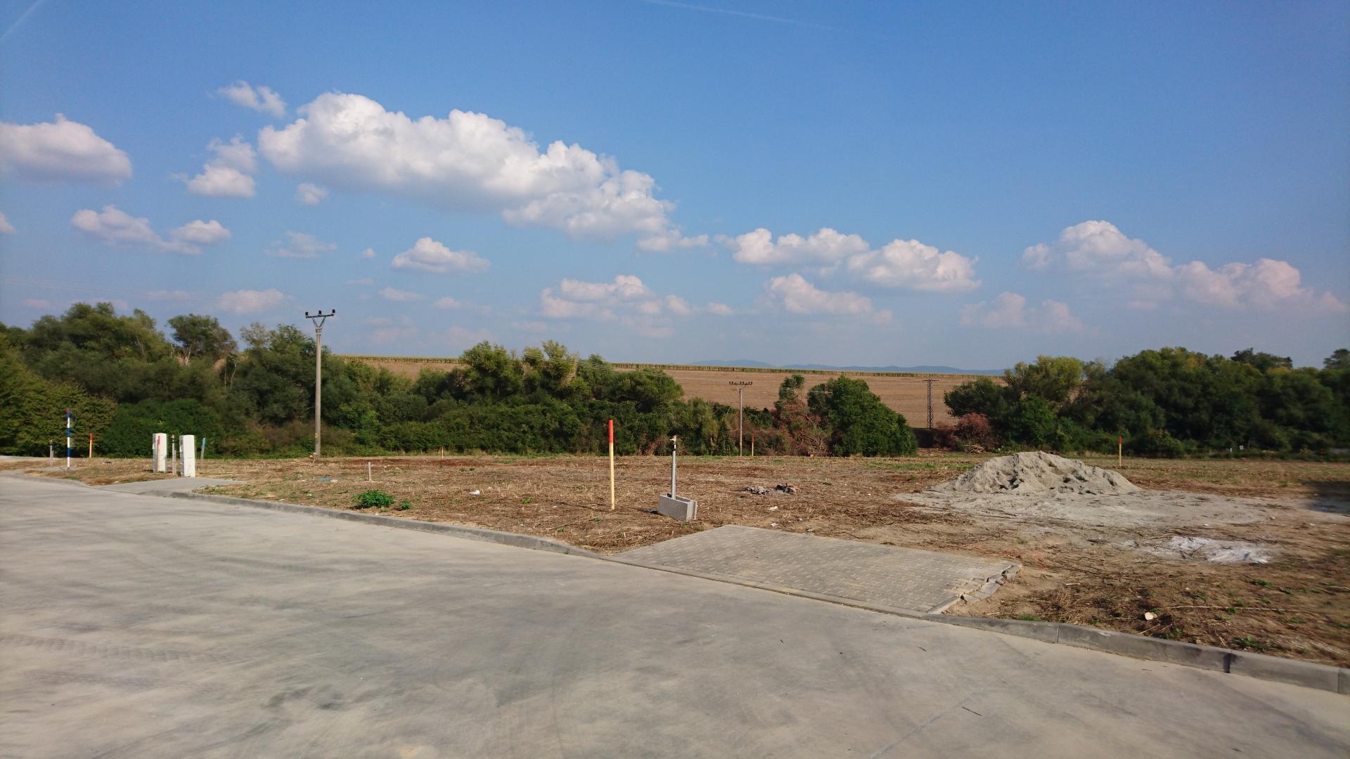 Rožný stavebný pozemok na novej ulici