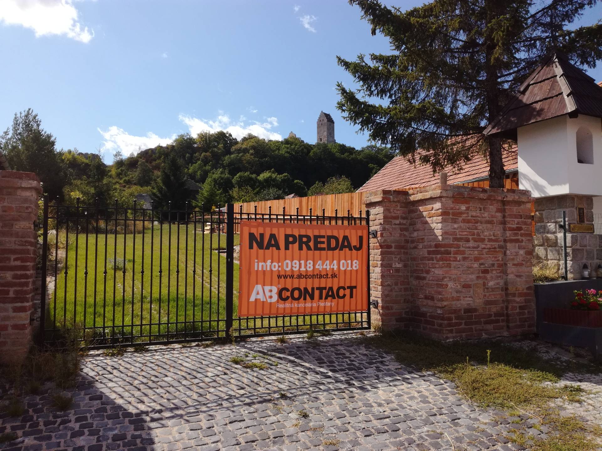 Stavebný pozemok s rozostavaným domom a vínnou pivnicou v Podhradí
