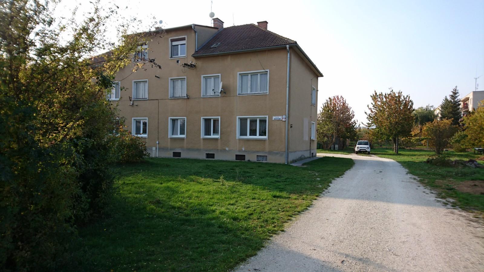 Štvorizbový tehlový byt, záhrada, altánok, uzatvorený areál