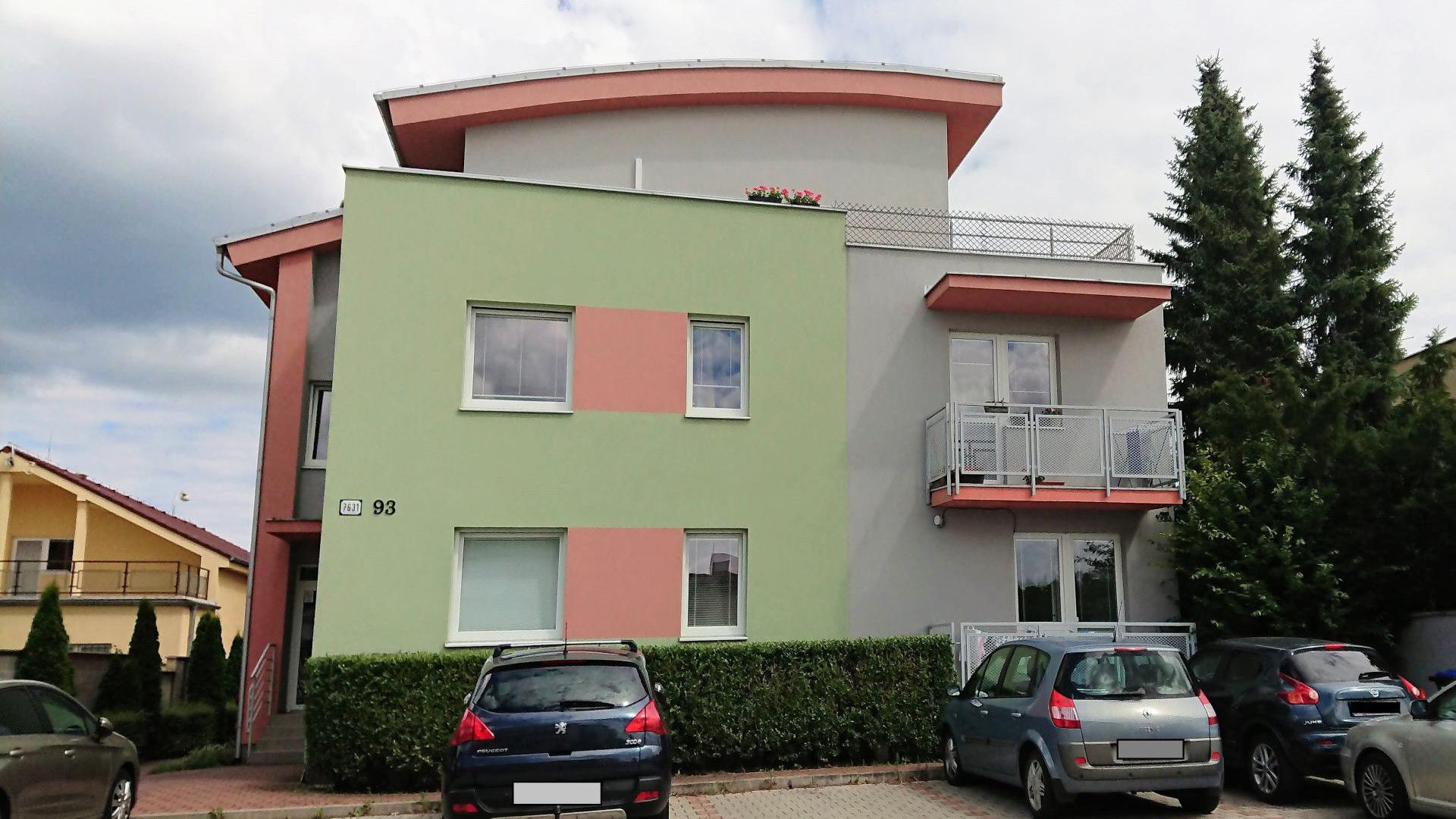 Tehlový dvojizbový byt s dvoma balkónmi a vlastným kúrením