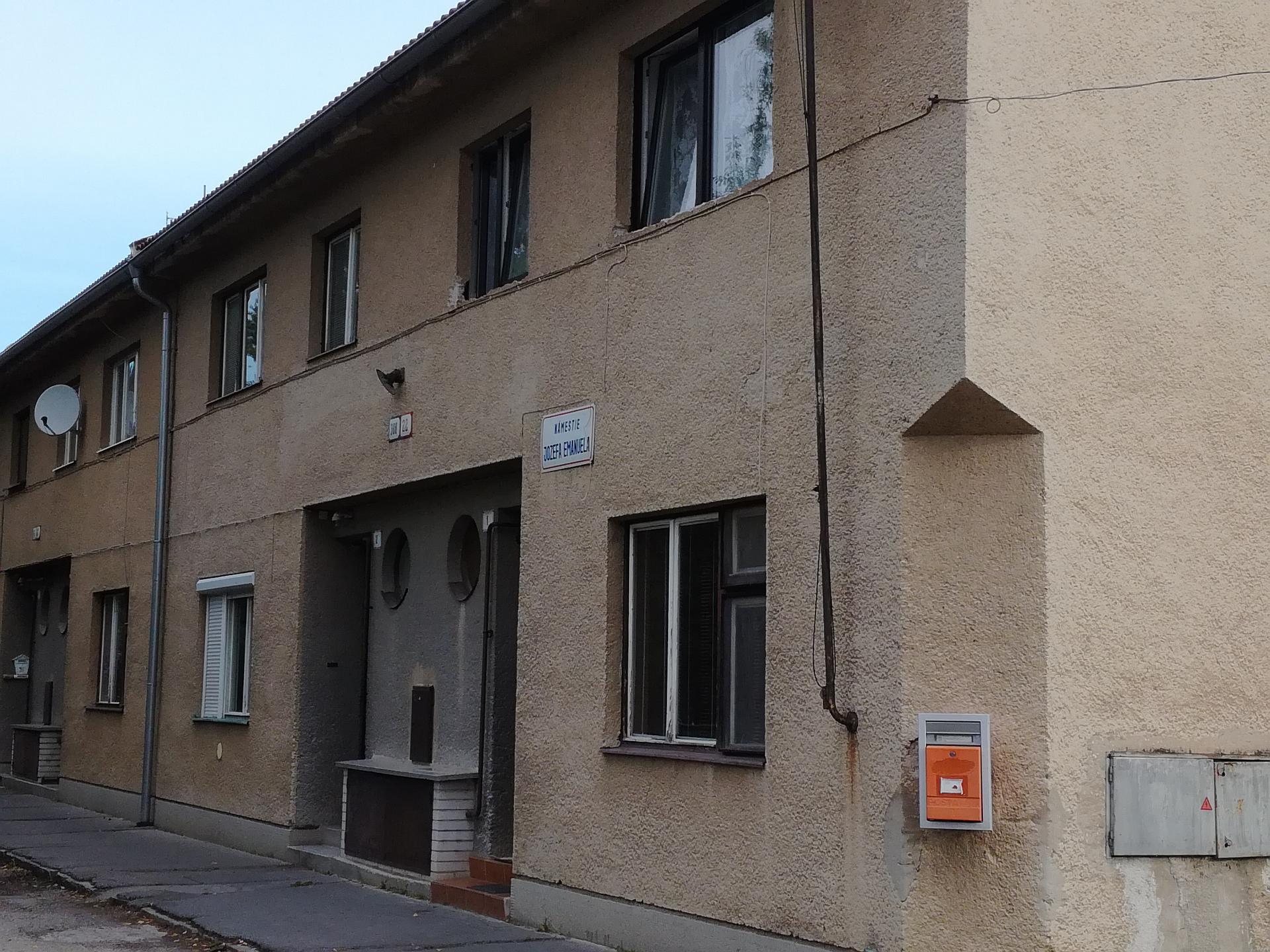 Tri 2-izbové byty a jeden 5-izbový domček s predzáhradkou