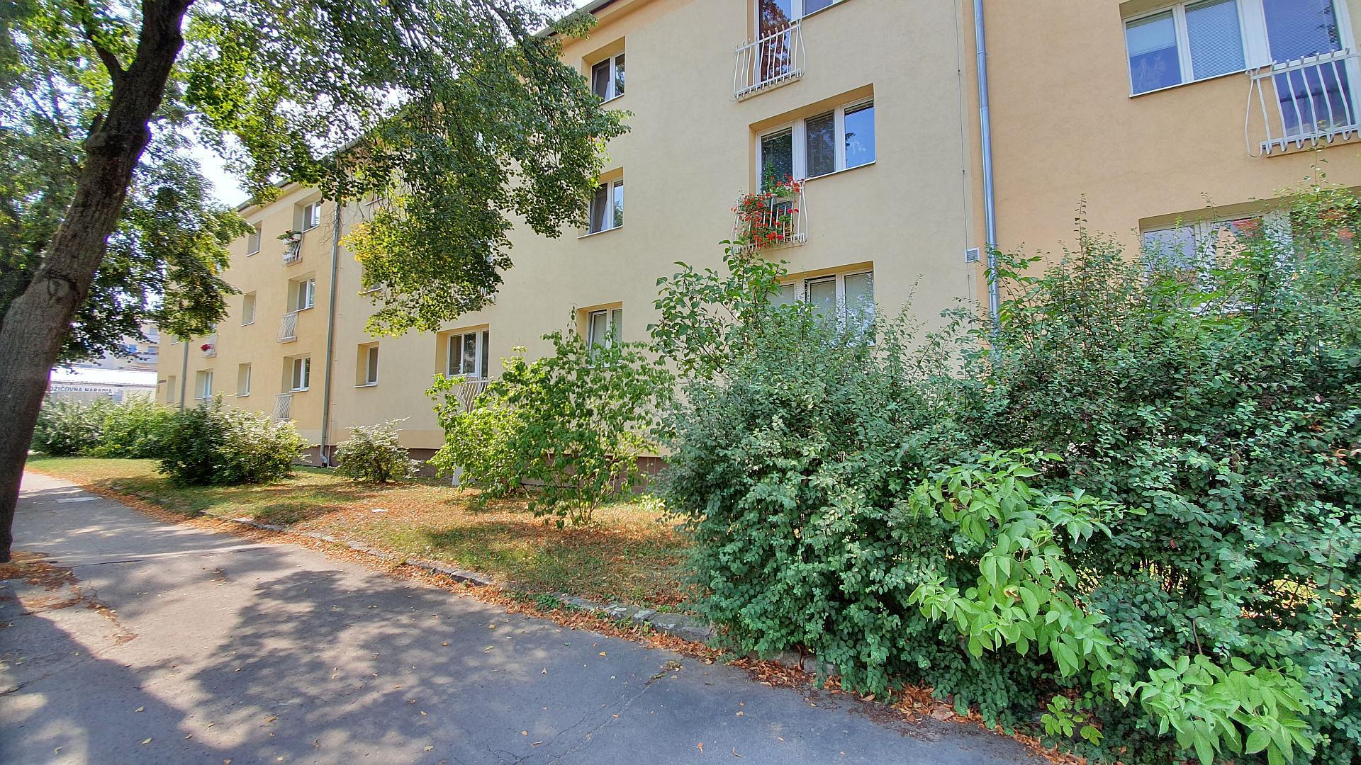 Väčší dvojizbový byt v tehlovom bytovom dome