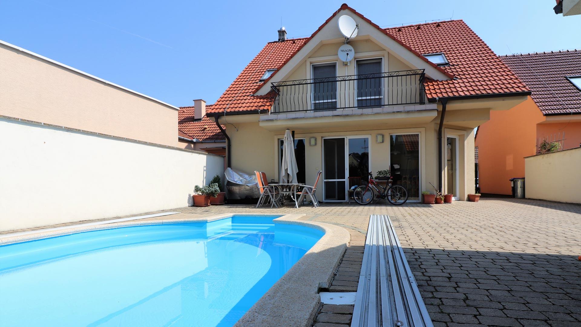 Nadštandardný 5 - izbový dom s garážou a bazénom