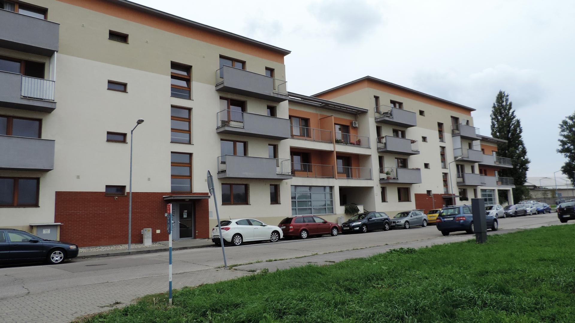 Zariadený jednoizbový byt s balkónom