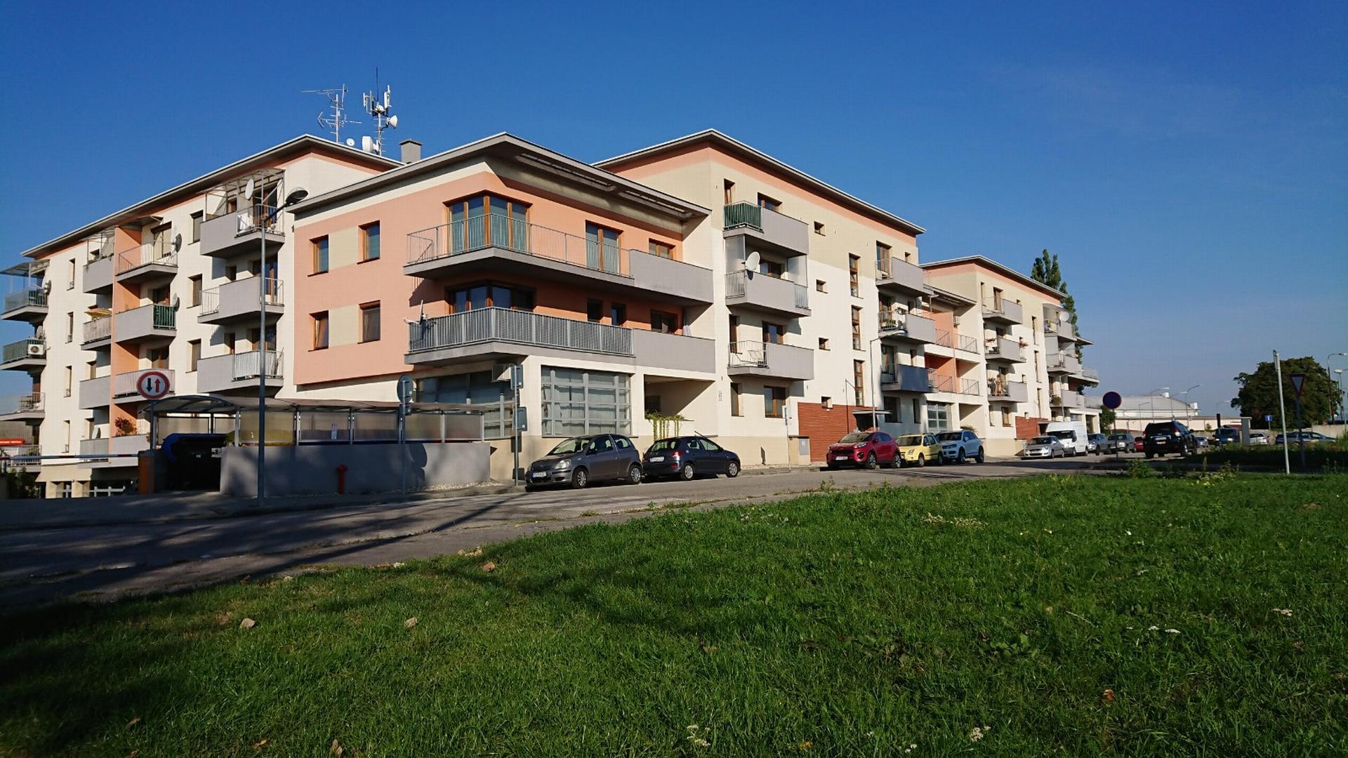 Zariadený väčší jednoizbový byt s balkónom